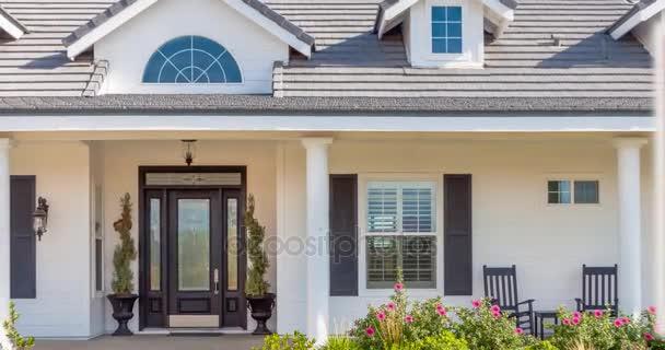 4k pomalé posouvání a zmenšení krásné vlastní dům a znamení nemovitostí Foreclosure.