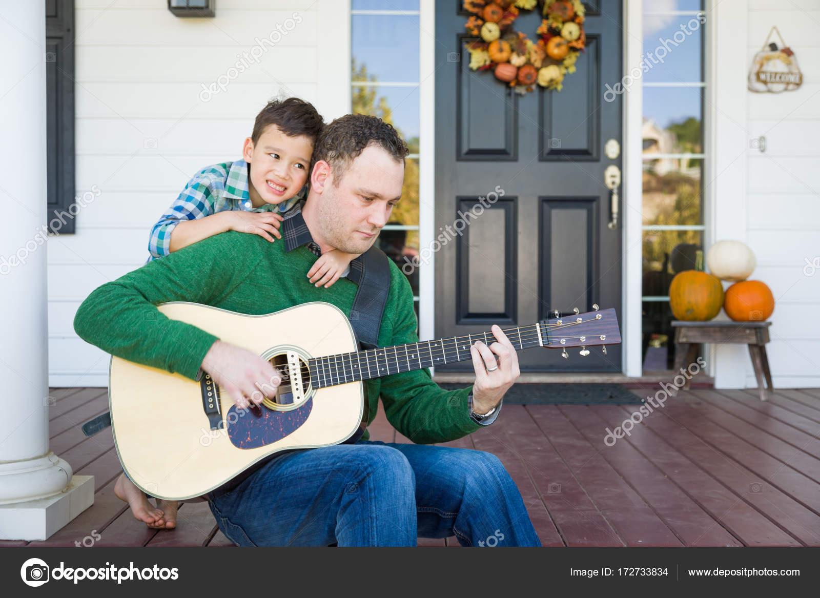 Молодые смешанные расы китайский и кавказской сын петь песни и.