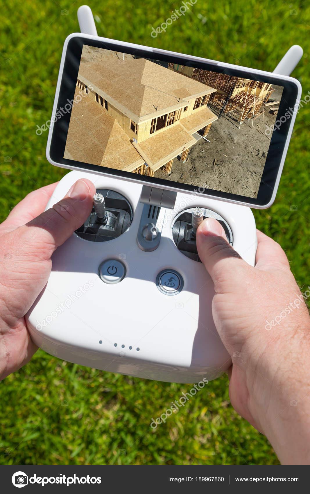 Hände halten Drone Quadcopter Controller mit Bau Haus Gestaltung auf ...