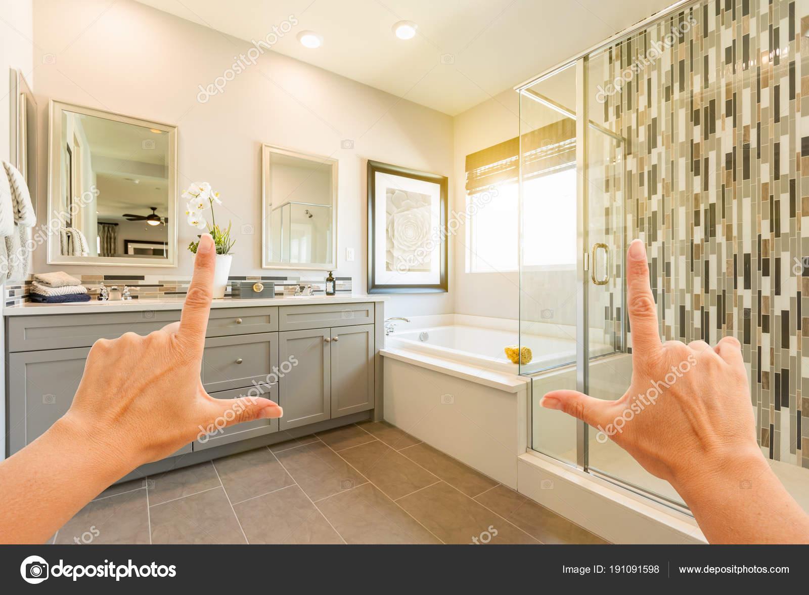 Manos encuadre personalizado Master baño Interior — Fotos de Stock ...
