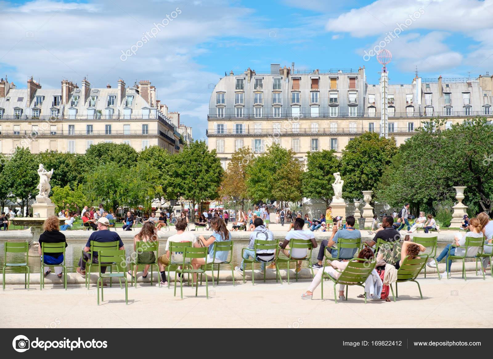 Parisern entspannend auf den Jardin des Tuileries an einem schönen ...