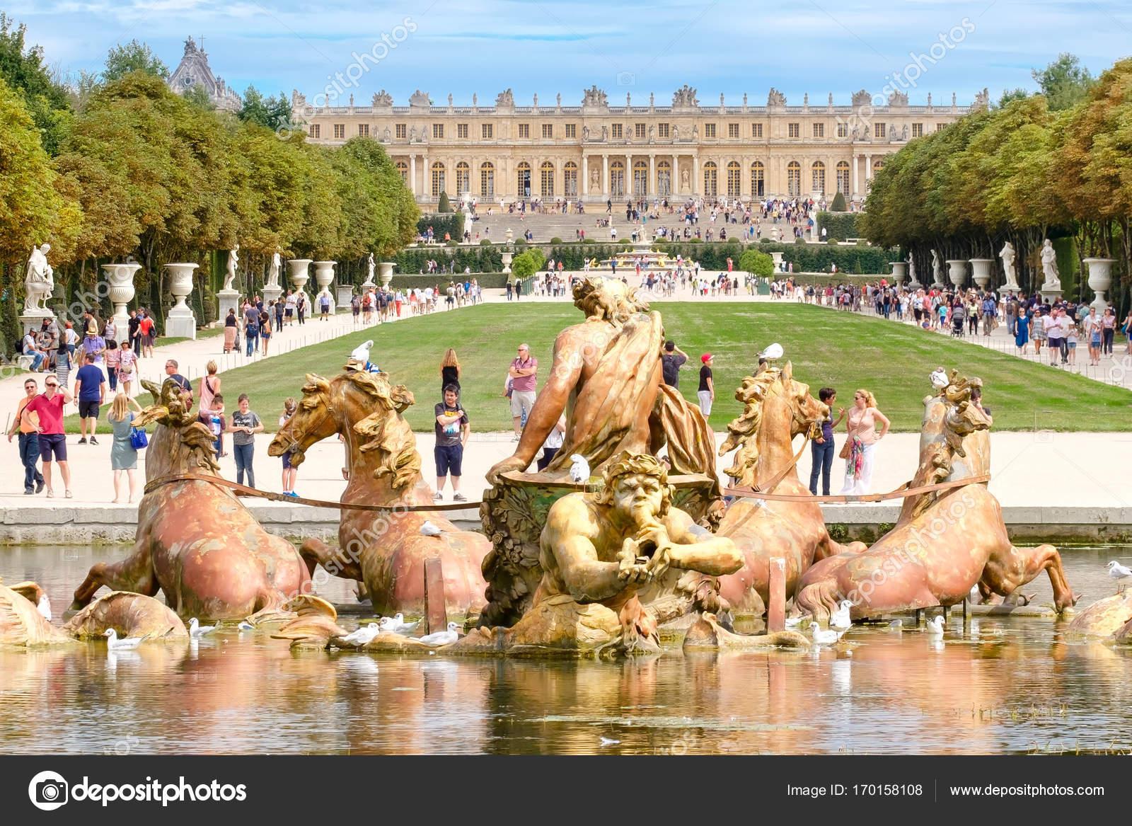 La fontana di apollo e i giardini della reggia di versailles