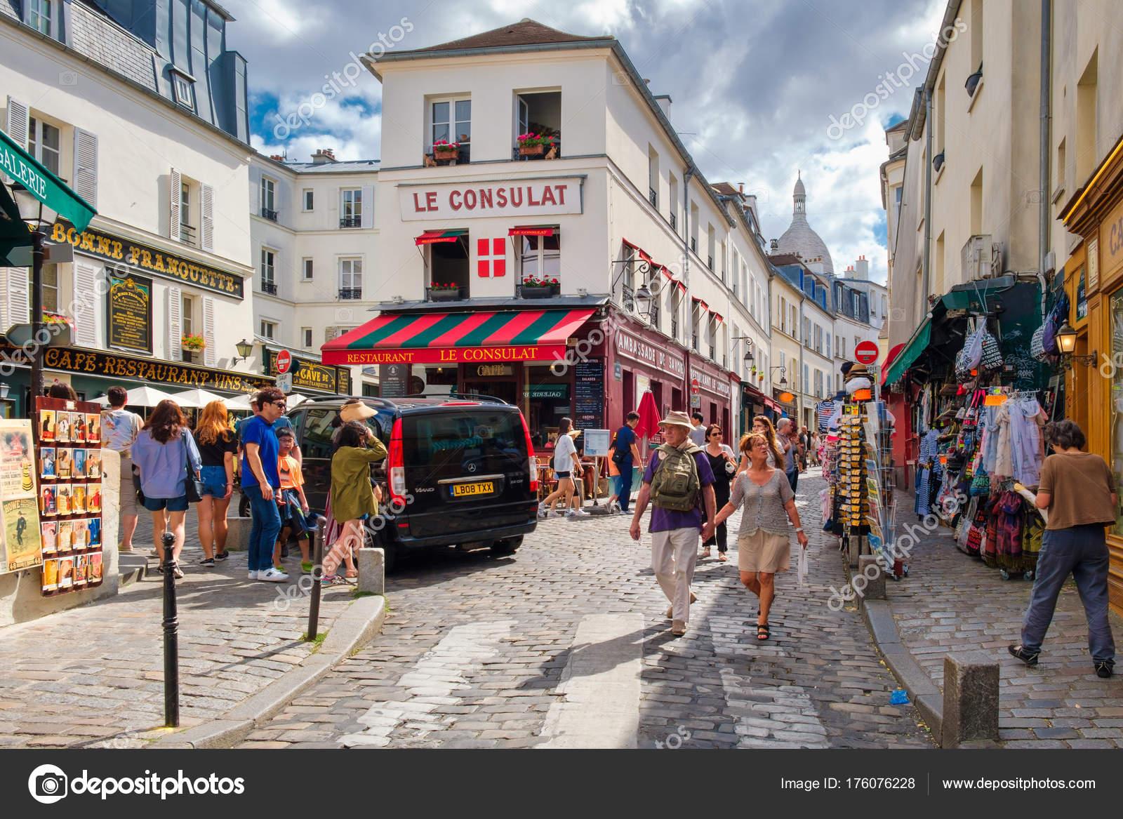 Straßenszene mit traditionellen Cafés und Kunstgalerien in ...
