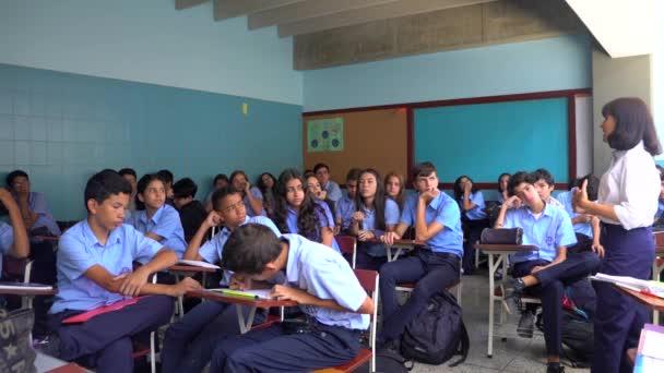 Azonosítatlan diákok egy állami iskolában Caracas El Marques kerületében, Venezuela fővárosában, 2019