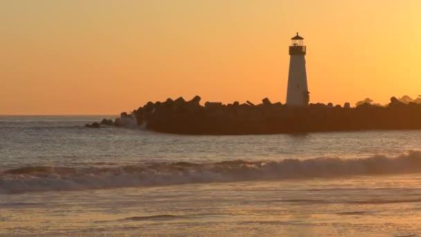 Der Santa Cruz Breakwater (alias Walton) Leuchtturm bei Sonnenuntergang, vom Twin Lakes Beach in Santa Cruz, Kalifornien, USA, 2018