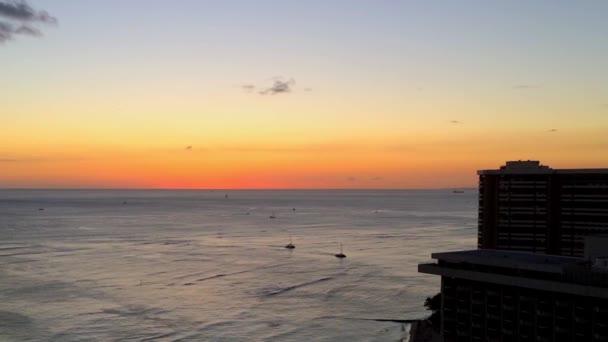 Fényképek gyönyörű naplemente táj kilátás csendes-óceáni hullámok közelében Hawaiian