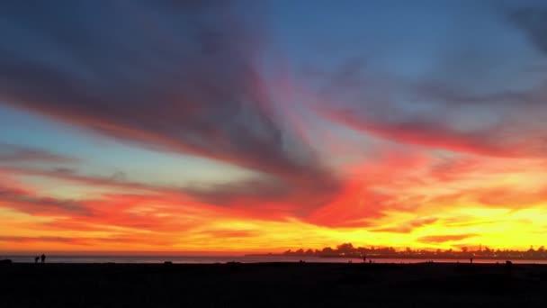 Západ slunce v Santa Cruz Harbor na severní Monterey Bay v Santa Cruz County, Kalifornie, USA, světově proslulý surfování umístění