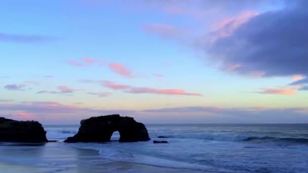 Natural Bridges State Beach při západu slunce, Santa Cruz California, USA