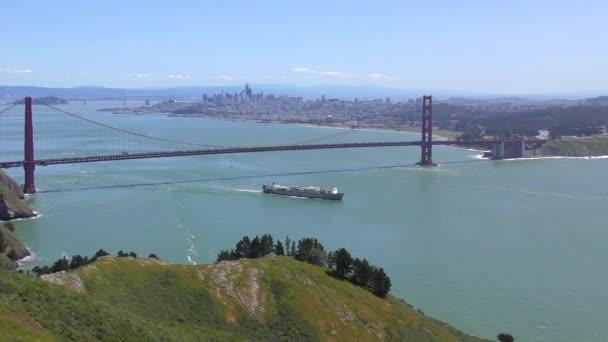 Most Golden Gate, jak je vidět z Marine Headlands, San Francisco, Kalifornie, USA