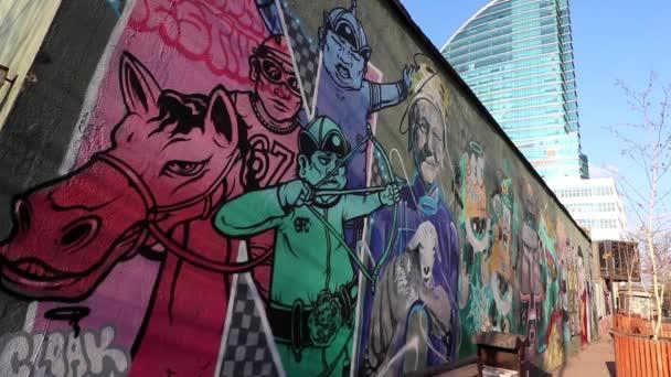 Utcai jelenet Ulaanbaatarban, Mongólia fővárosában, kb. 2019. március. Graffiti a falon