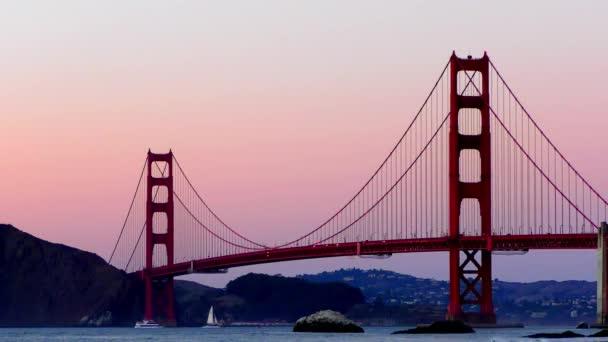 Most Golden Gate, jak je vidět z Baker Beach při západu slunce, San Francisco, Kalifornie, USA.