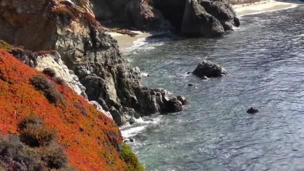 Video vln šplouchajících na skály ve Státním parku Garrapata v Kalifornii, USA