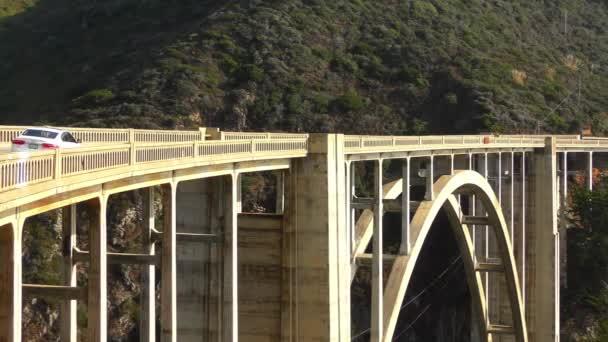 Most Bixby Creek, známý také jako most Bixby Canyon, na pobřeží Big Sur v Kalifornii, 2018