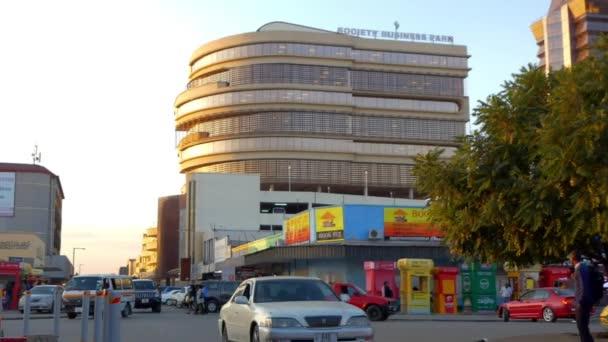 Straßenverkehr und Unbekannte in Lusaka, der Hauptstadt Sambias im südlichen Afrika, 2020