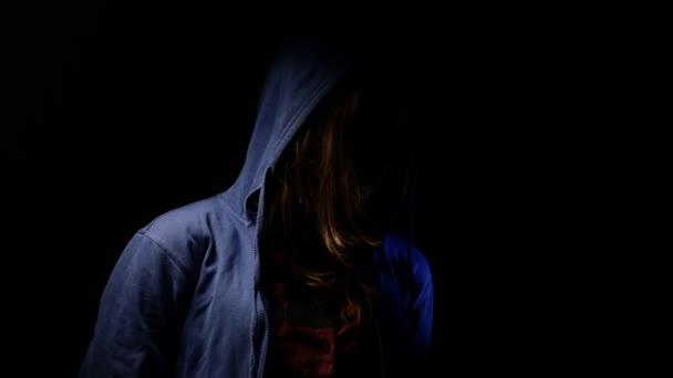 Chica adolescente en cuarto oscuro. 4k Uhd — Vídeo de stock ...