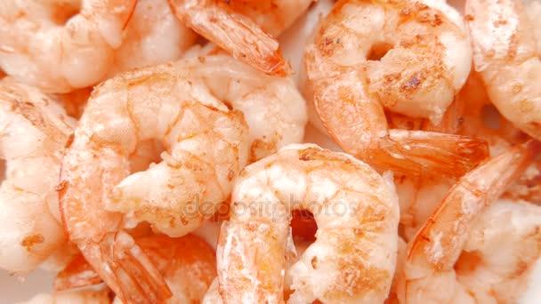 Zblízka se smažené krevety na talíři. 4k Uhd