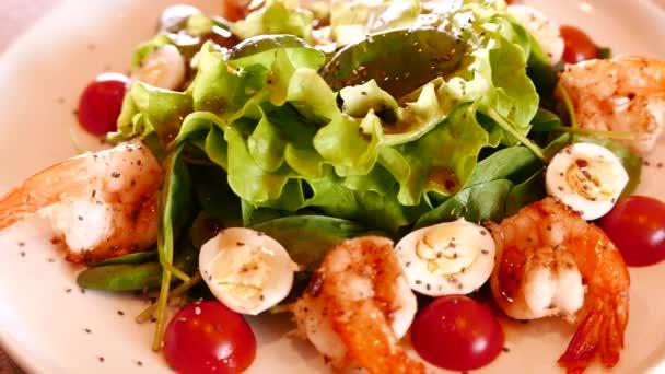 Salát s krevetami, zeleninou a jiných zelených.