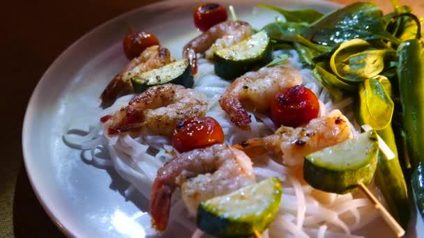 Čínská Thajská kuchyně, nudle s krevetami na špejle