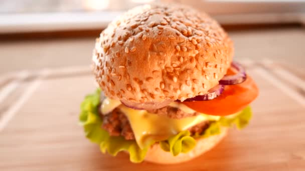 Čerstvé chutný hamburger se salátem a rajčaty