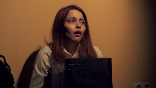 Lány visel egy doboz egy boldogtalan arc támaszkodva, fejét éjjel. Koncepció, a bánat és a boldogtalanság. 4k Uhd 60-24fps