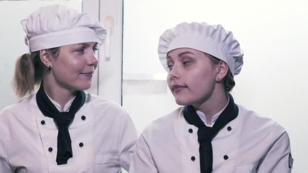 Dva vařit ženy baví v kuchyni