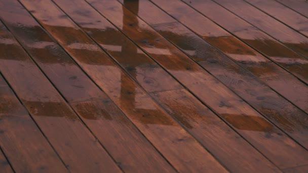Rain téma: dešťové kapky kape na dřevěnou podlahu