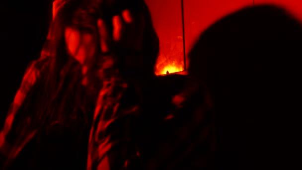 Dospívající dívka se bojí ve tmě.