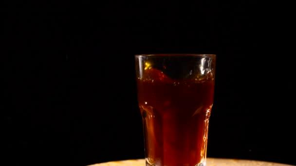 Scheiben der Zitrone Abwurf Inot Glas cocktail Zeitlupe