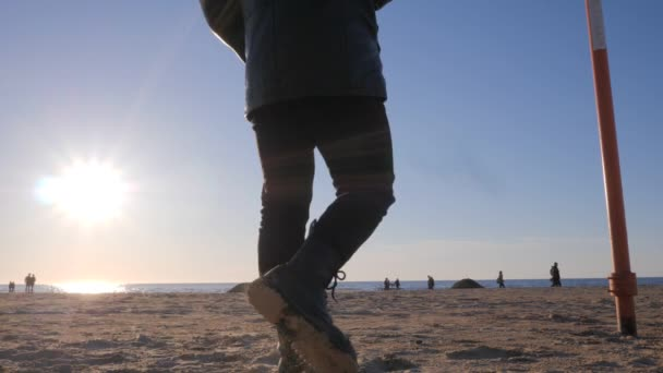 Silhouette eines einsamen Mannes an der Küste