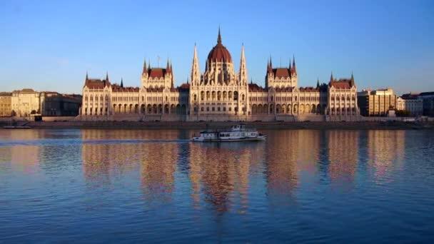 Hajó lebeg a Parlament előtt, Magyarország.