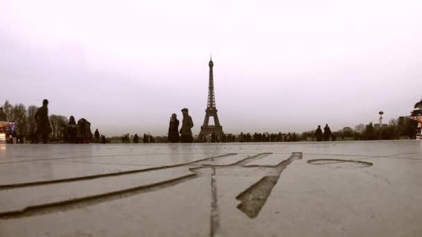 Paříž, Francie - 09. 12. 2015: Turisté v Paříži, procházky v Trocaderu u Eiffelovy věže při západu slunce, Francie.