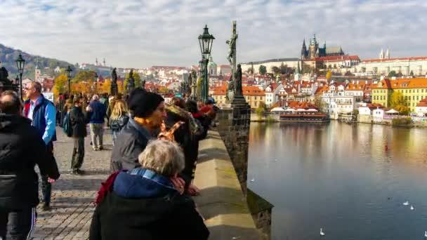 Včasná doba chůze po Karlově mostě, Praha, Česká republika.