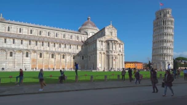 Pisa, Toszkána, Olaszország - 2020. február 3.: Piazza dei miracoli of Pisa. Az utazók csodálják a katedrális építészetét és a pisai ikonikus ferde tornyot. Mozgókép