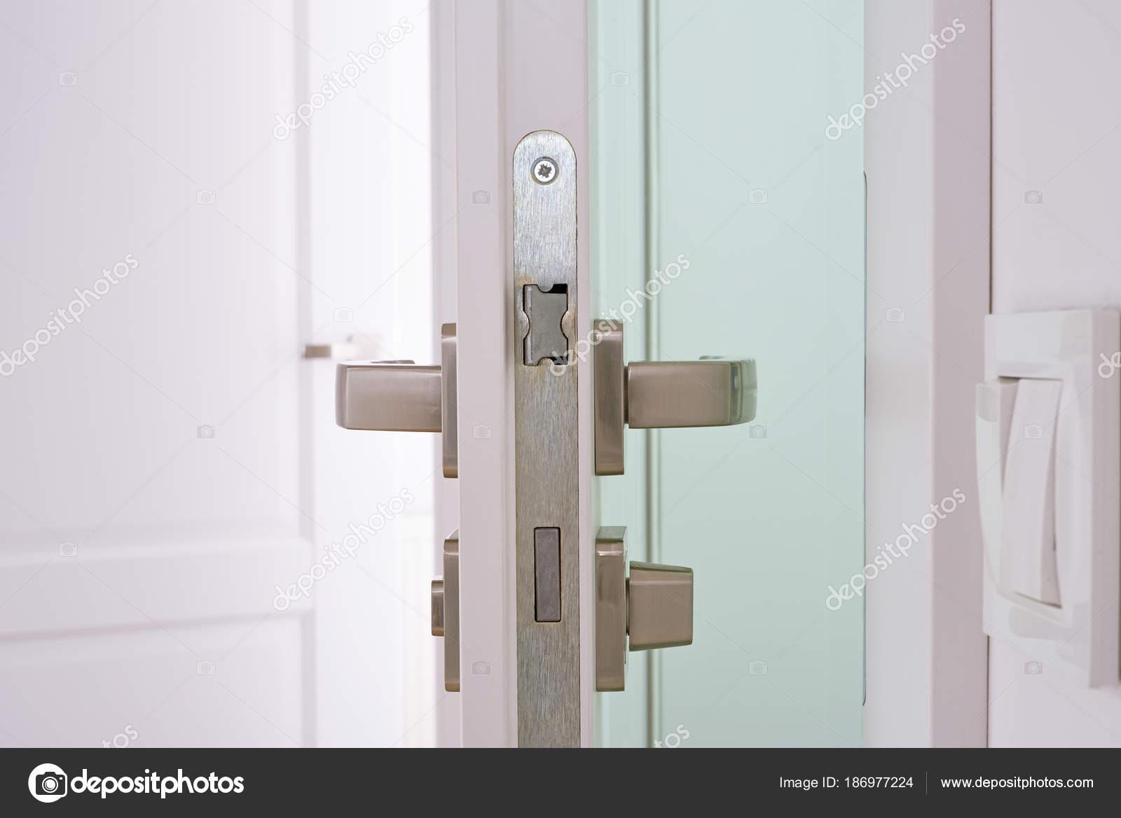 Geöffnete Tür zum Badezimmer — Stockfoto © nestik #186977224