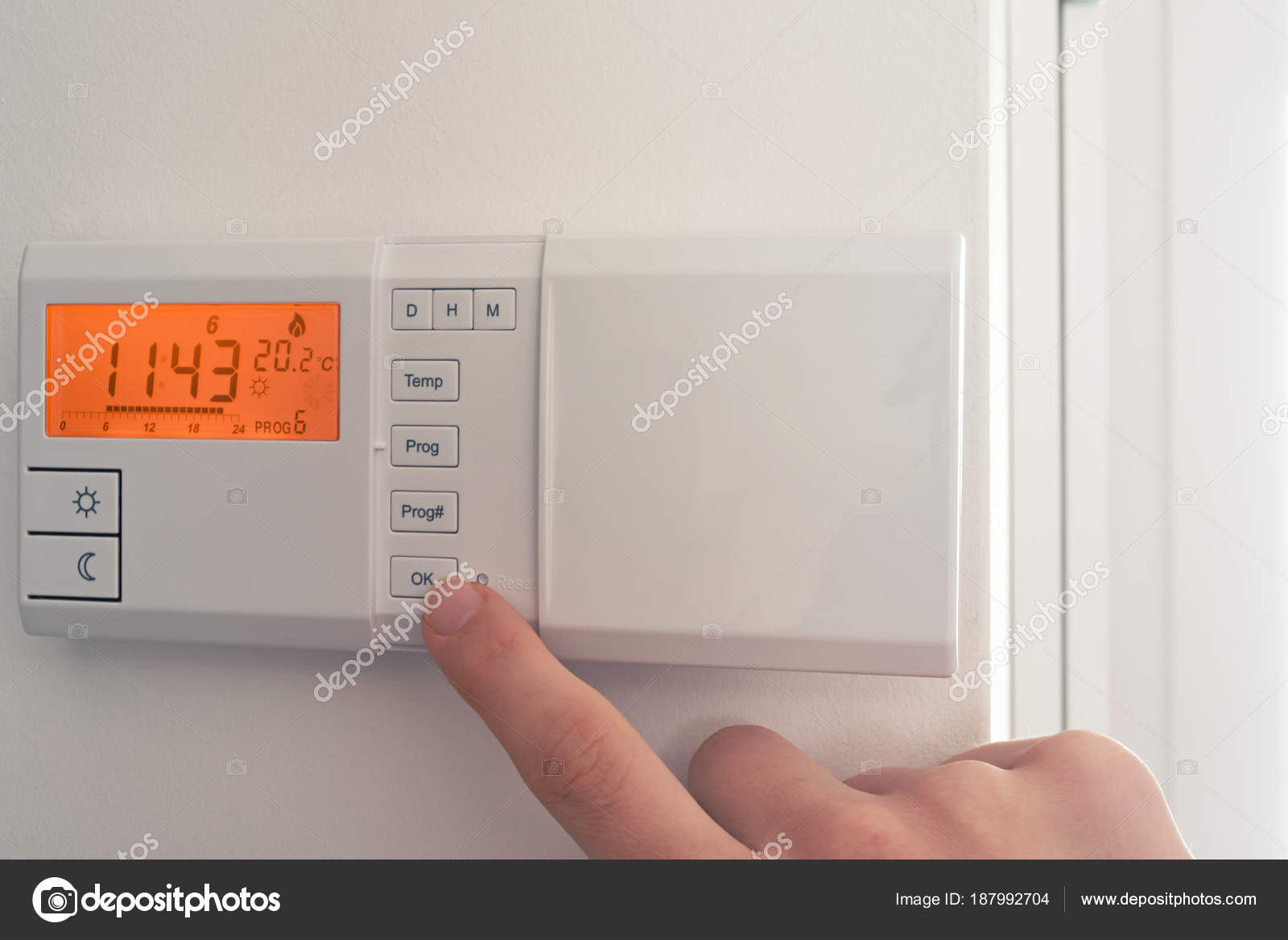 Frau Heizung Temperatur Einstellen Stockfoto Nestik 187992704