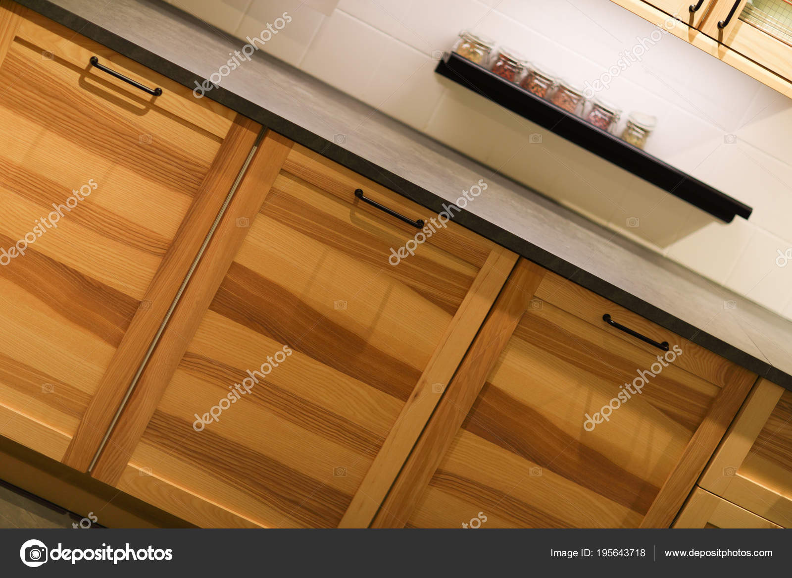 Moderne Nederlandse Keuken : Moderne houten keukenkasten geschoten met nederlandse kantelen hoek