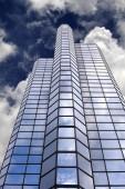 Fotografie Kancelářská budova mrakodrap s pozadí modré oblohy