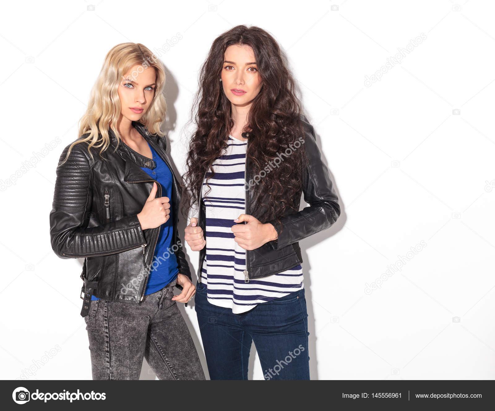 b5794d4b33 Zwei schwere junge Frauen in Lederjacken halten ihre Halsbänder — Stockfoto