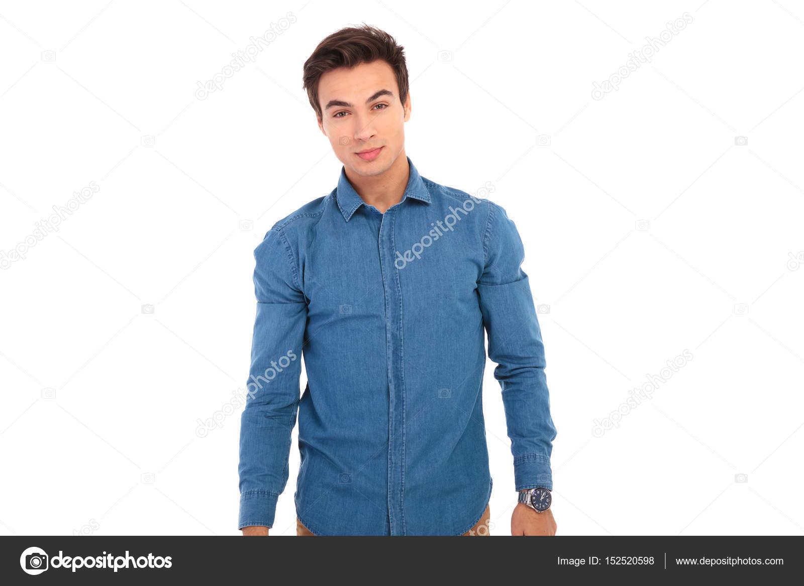 hot sale online 29ad3 aa3b7 Giovane in camicia blu jeans esamina la macchina fotografica ...