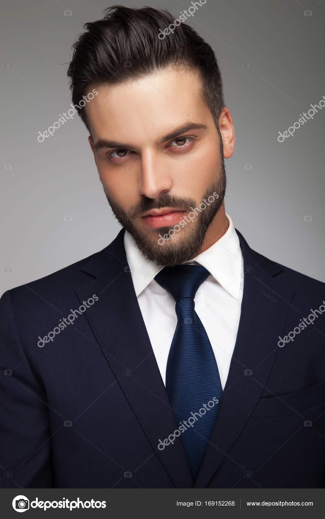 sexy jeune homme d affaires en costume et cravate photographie feedough 169152268. Black Bedroom Furniture Sets. Home Design Ideas