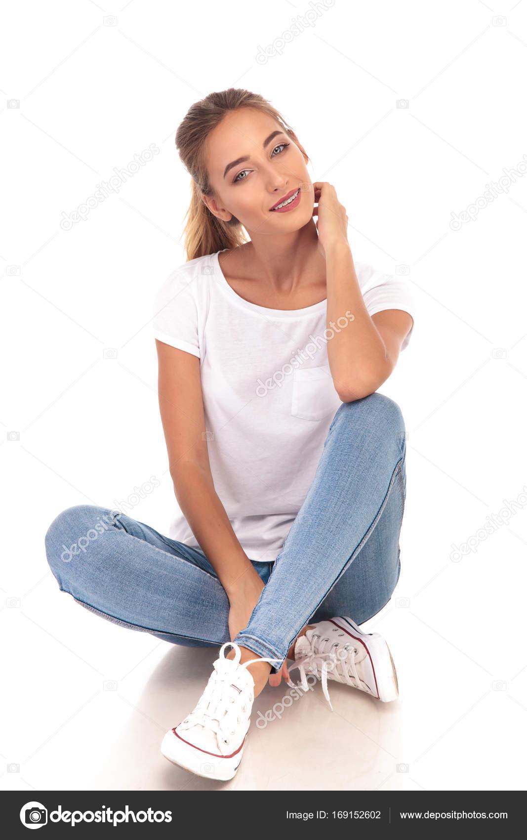 JeansT Sitzen Shirt Junge Und Turnschuhe Frau In OPnm0yv8wN