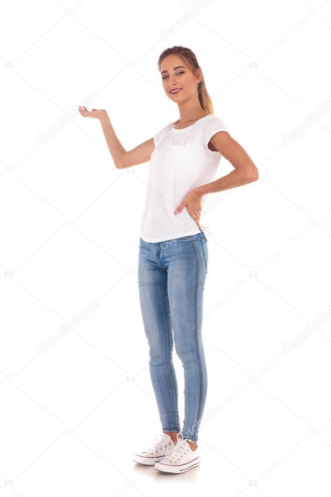 Ganzkörper-Bild einer jungen lässige Frau präsentieren