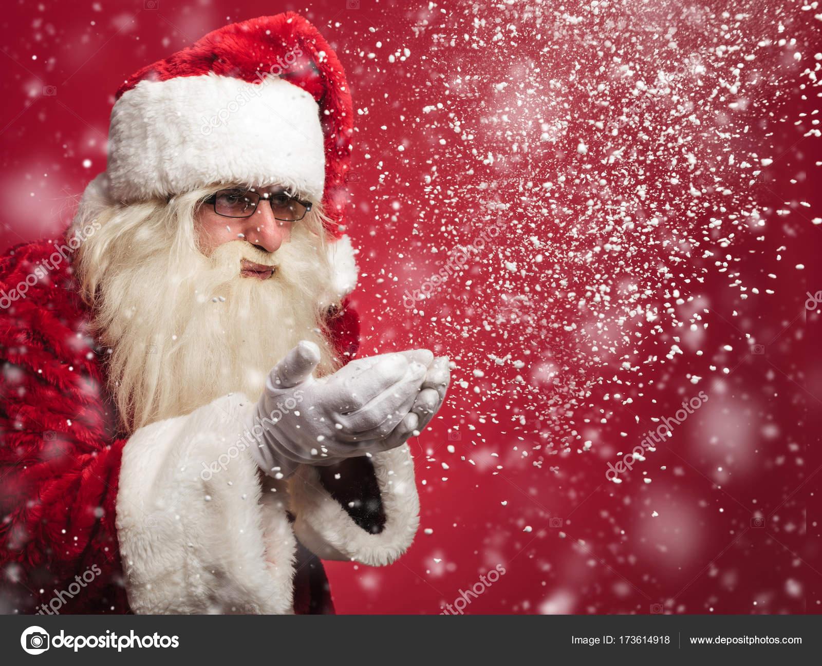 Santa claus está soplando copos de nieve de sus palmas — Fotos de Stock 3161f183f34