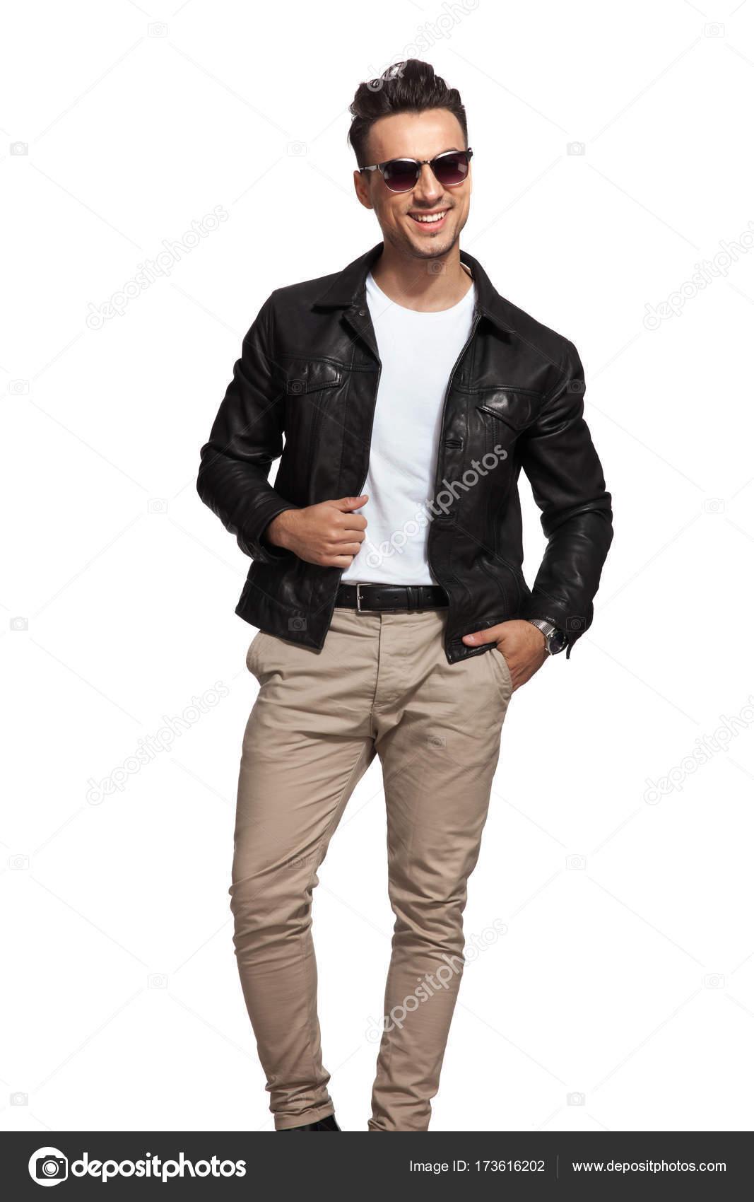 Сексуальный парень в кожаной куртке