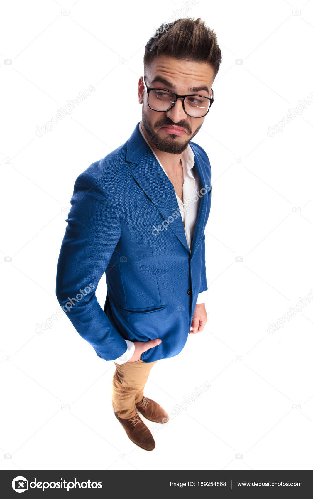 ae097353bbc2 Attractive smart casual man with hand in pocket finds something from the  side funny and odd while standing on white background, full body picture —  Photo by ...
