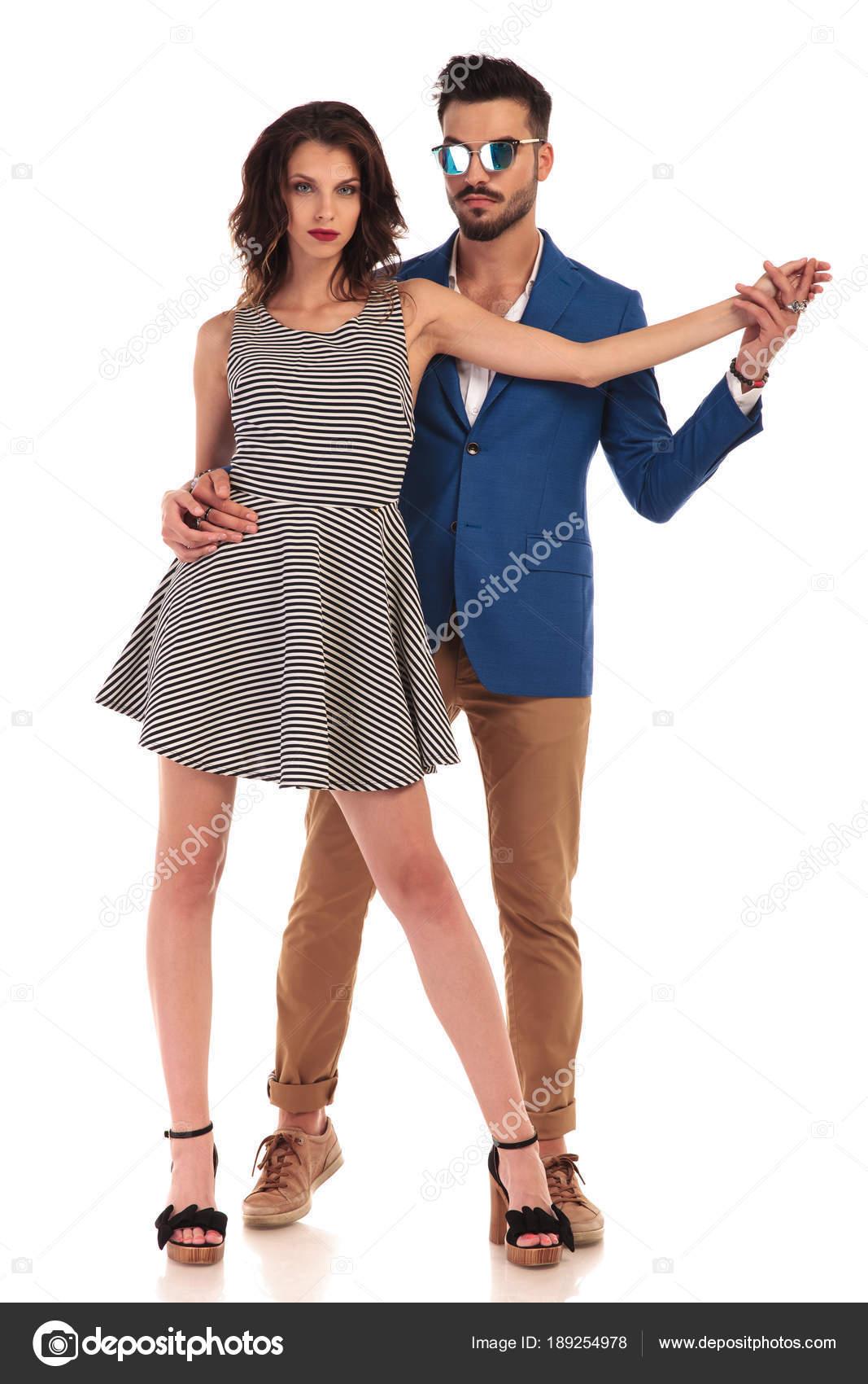 361921c658ec9c Homme sexy avec des lunettes de soleil danser avec sa femme– images de  stock libres de droits