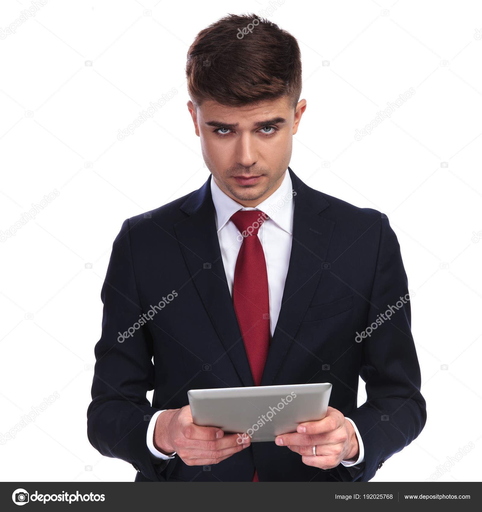 cad9e2731f326 Portrait d'homme d'affaires sexy cherche séduisante tout en maintenant une  tablette, debout sur fond blanc. Il porte un costume marine et une cravate  rouge ...
