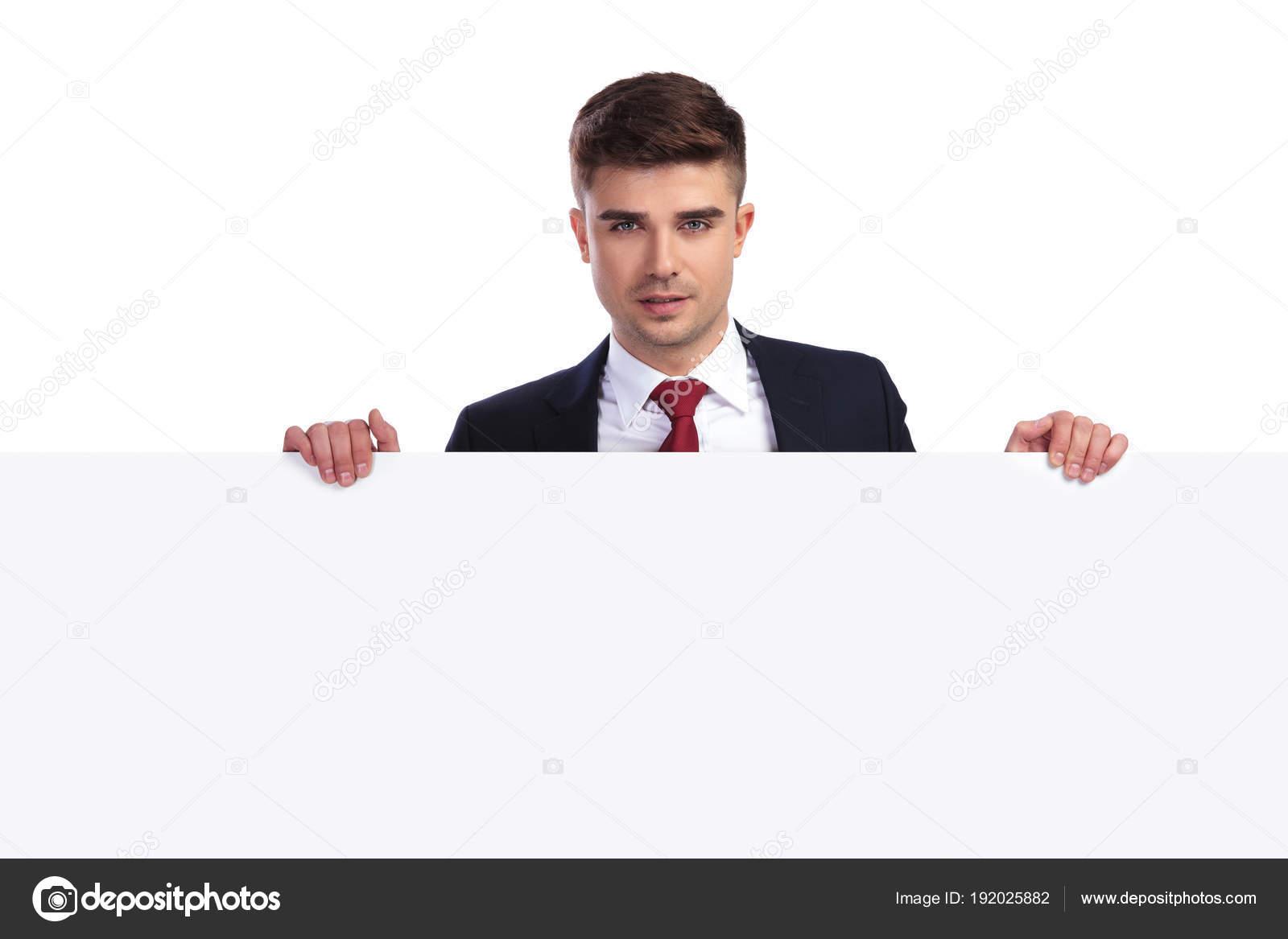 75c7bd732b0af Portrait d'homme d'affaires beau derrière et tenant un tableau vide blanc,  sur fond blanc. Il porte un costume de couleur marine et une cravate rouge  en ...
