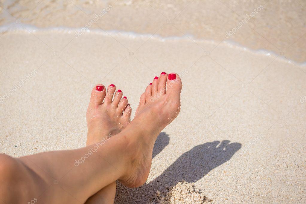 Ноги девушек на пляже, женская ножка на спине раба