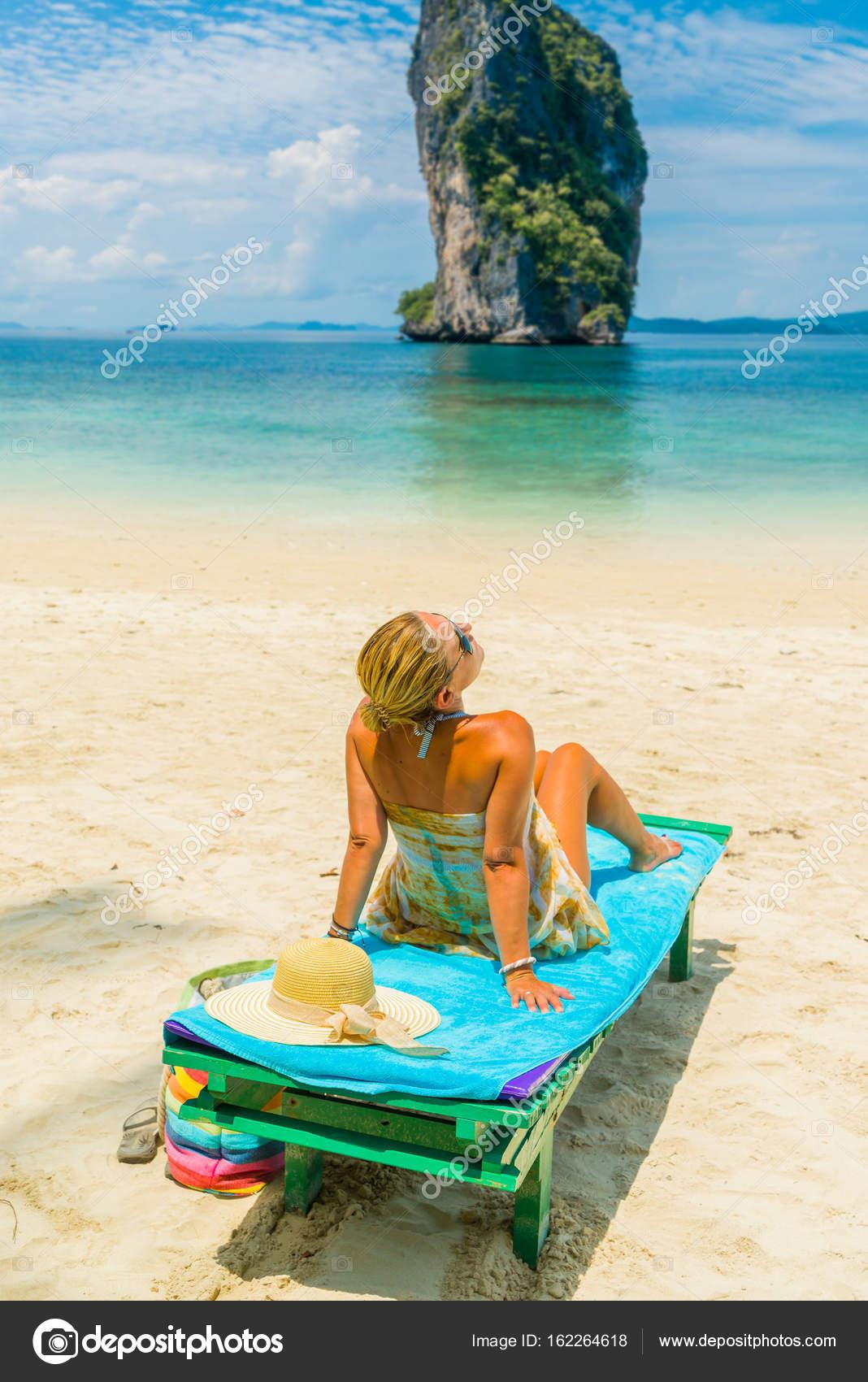 Frau Sitzt Auf Einem Bett Am Strand Stockfoto C Netfalls 162264618